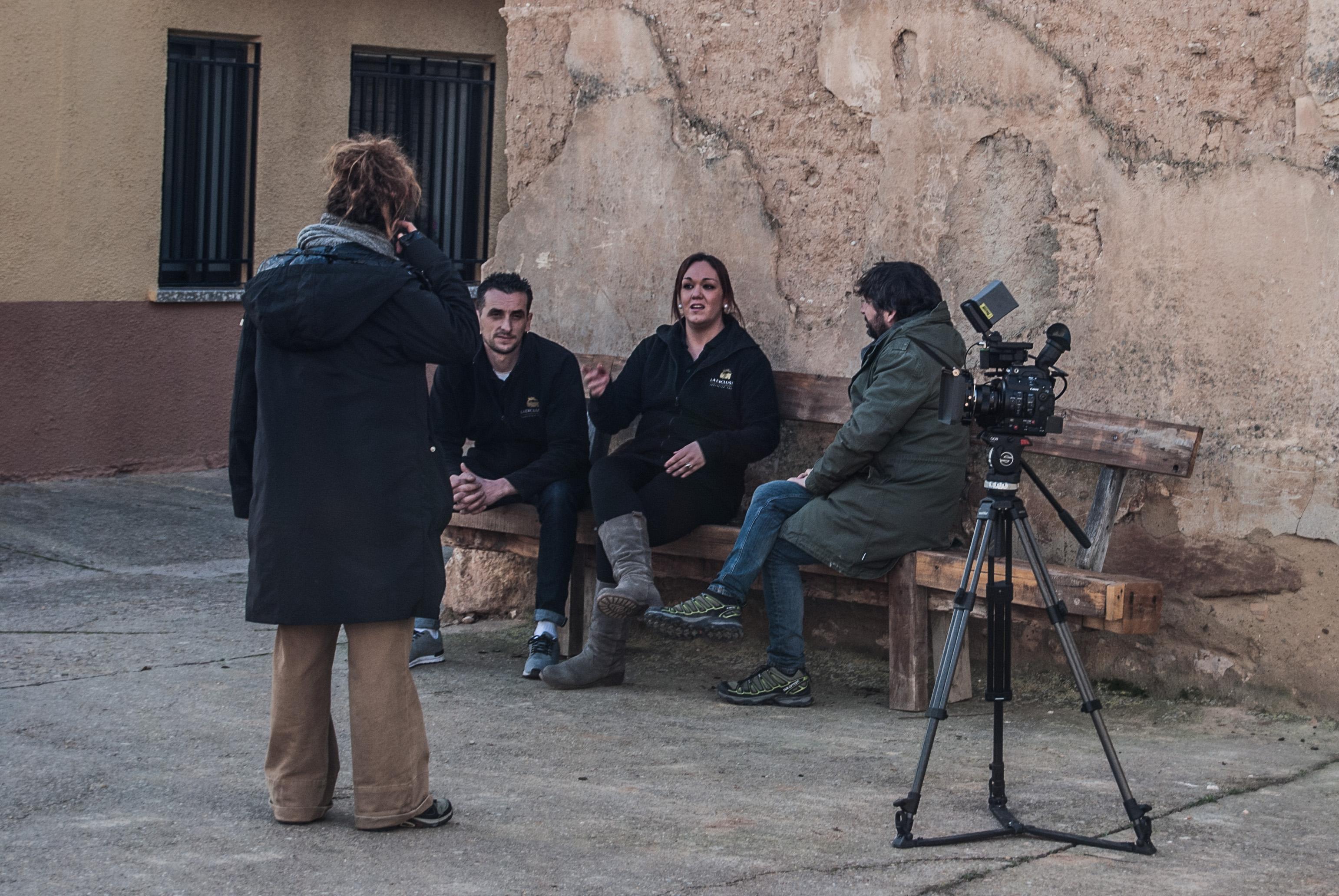 Hugo Nuñez y Victoria Tortosa, junto a Jordi Évole, reciben instrucciones de una productora del programa antes de comenzar la entrevista.