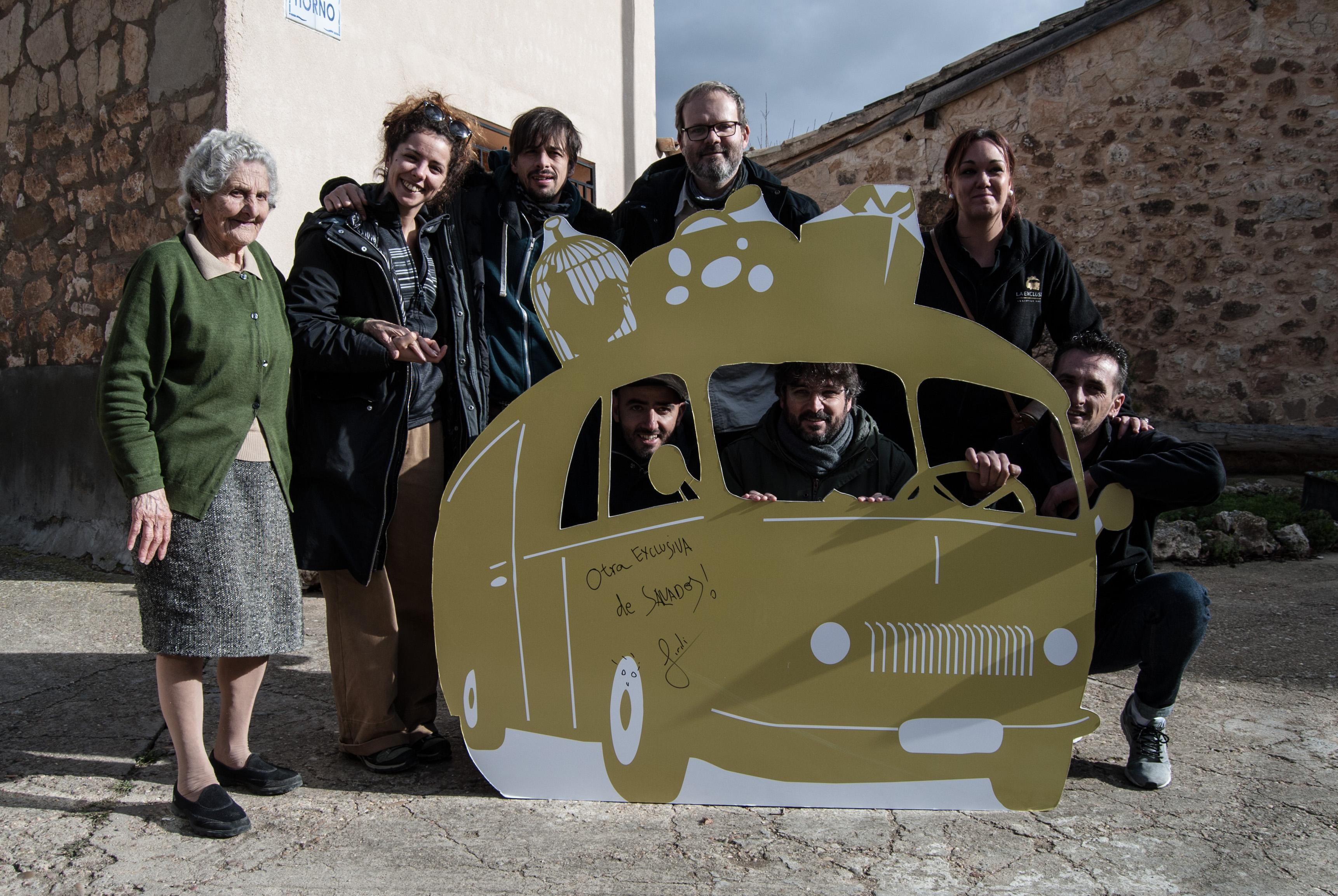 Évole y parte del equipo de 'Salvados' posan junto a una vecina de Utrilla y a los responsables de La Exclusiva con un recortable del viejo autobús del que la empresa soriana toma su nombre.